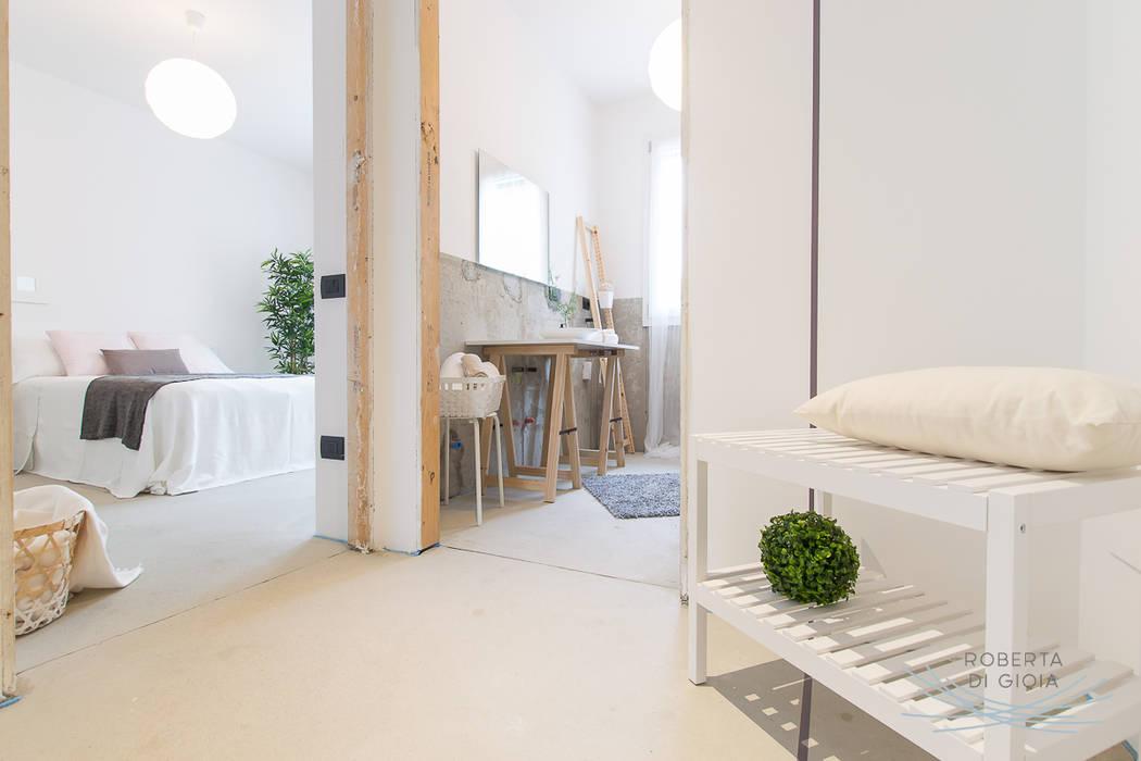 Appartamento campione in cantiere allestito con la tecnica dell'home staging: Ingresso & Corridoio in stile  di Home Staging & Dintorni