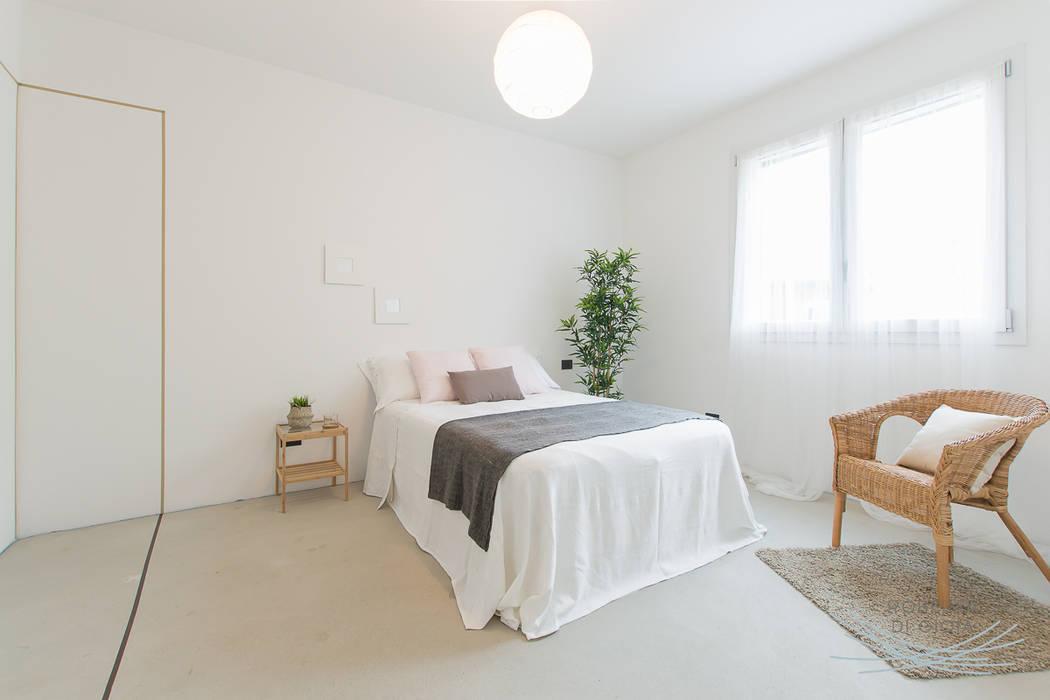 Appartamento campione in cantiere allestito con la tecnica dell'home staging: Camera da letto in stile in stile Moderno di Home Staging & Dintorni