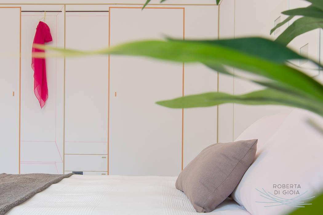 Appartamento campione in cantiere allestito con la tecnica dell'home staging: Camera da letto in stile  di Home Staging & Dintorni