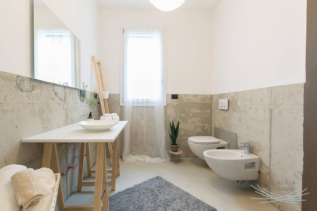 Appartamento campione in cantiere allestito con la tecnica dell'home staging: Bagno in stile  di Home Staging & Dintorni