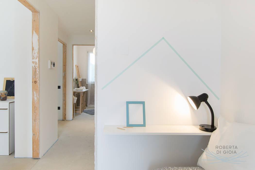 Appartamento campione in cantiere allestito con la tecnica dell'home staging: Stanza dei bambini in stile  di Home Staging & Dintorni