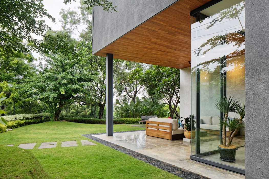 House of Inside and Outside Tropical style houses by Tamara Wibowo Architects Tropical