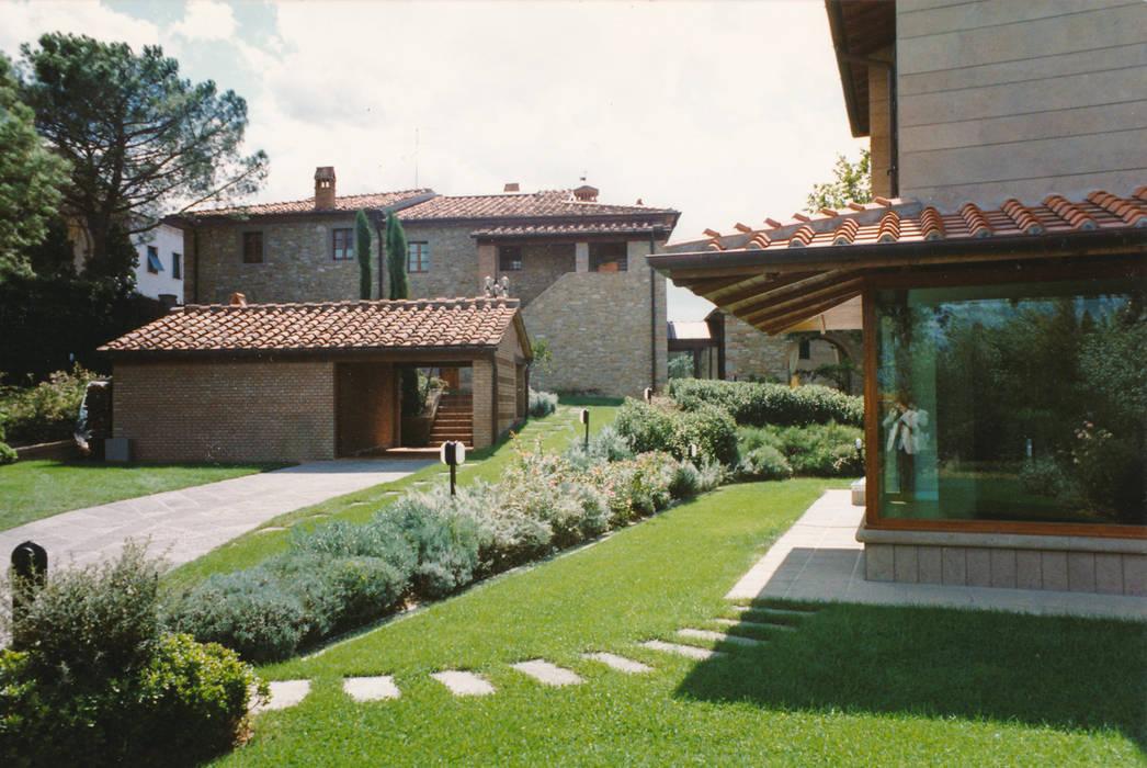 ingresso alla villa: Villa in stile  di Morelli & Ruggeri Architetti
