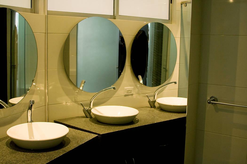 Eificio C57-Baño: Baños de estilo  por RIVAL Arquitectos  S.A.S.