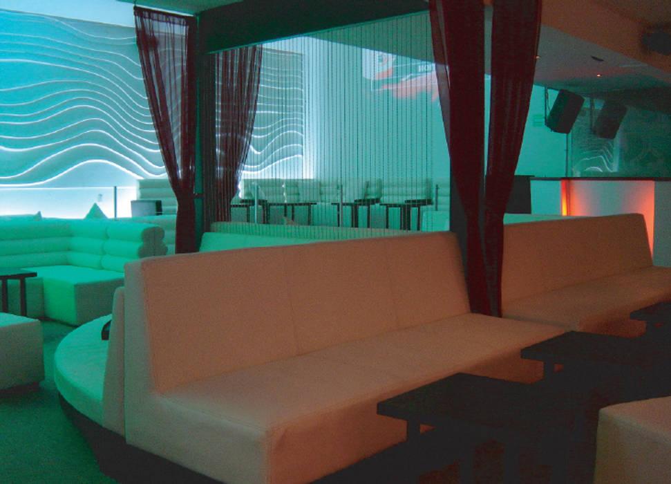 XX Lager Lounge (Diseño interior y Decoración para Bares): Bares y discotecas de estilo  por B&Ö Arquitectura interior y muebles   Diseño de bares y restaurantes / Interiorismo y Decoración México.,