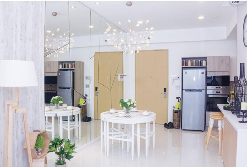 Vách tường bằng kính tạo hiệu ứng không gian khiến căn phòng rộng rãi hơn. Phòng ăn phong cách hiện đại bởi Công ty TNHH TK XD Song Phát Hiện đại Đồng / Đồng / Đồng thau