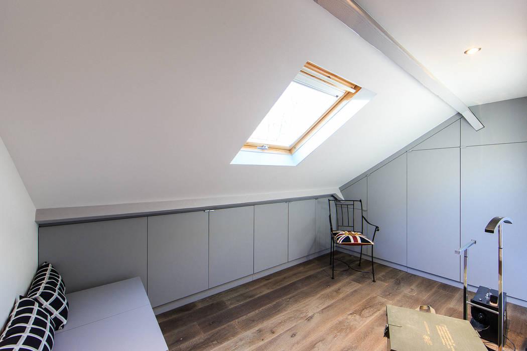 rénovation d'un appartement en duplex: Dressing de style  par ELB architecture d'intérieur