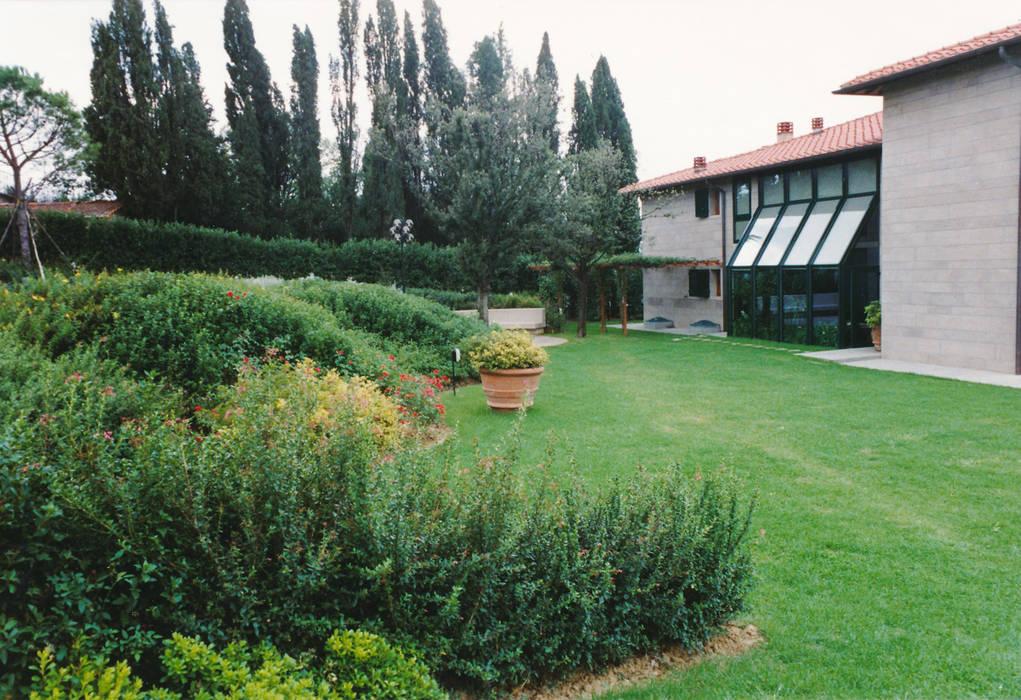le aiuole fiorite: Casetta da giardino in stile  di Morelli & Ruggeri Architetti