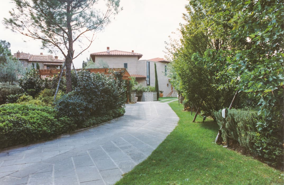 Percorso carrabile interno: Garage/Rimessa in stile  di Morelli & Ruggeri Architetti