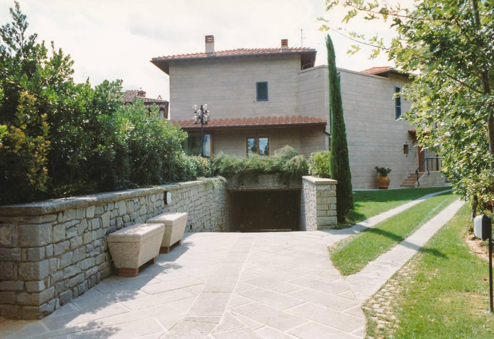 La rampa di accesso al garage interrato: Doppio garage in stile  di Morelli & Ruggeri Architetti