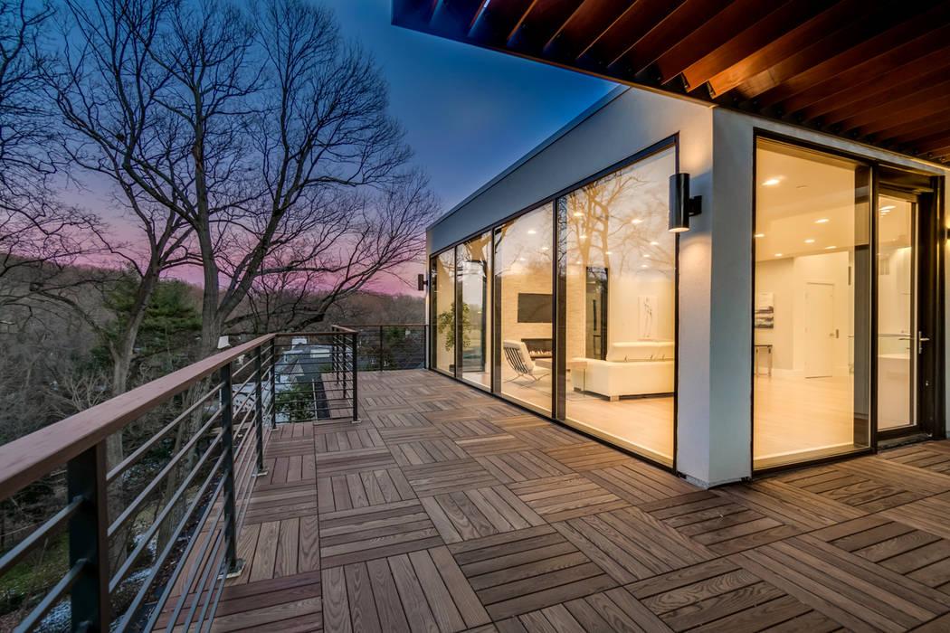 Varandas, alpendres e terraços modernos por KUBE architecture Moderno