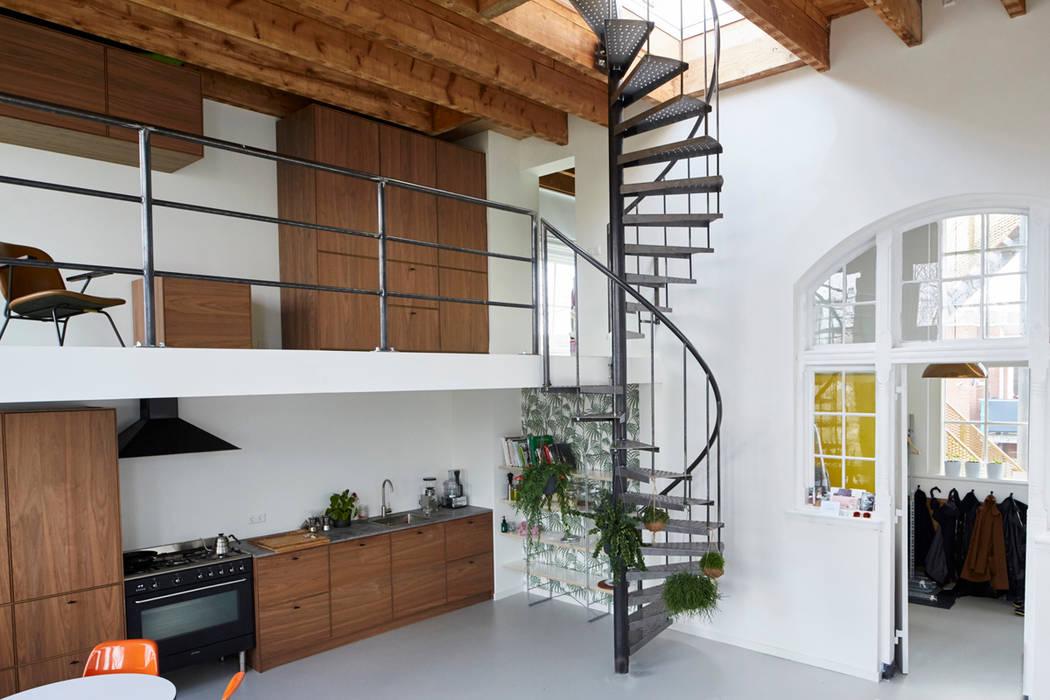 Trap naar dakterras woonkamer door atelier ari homify