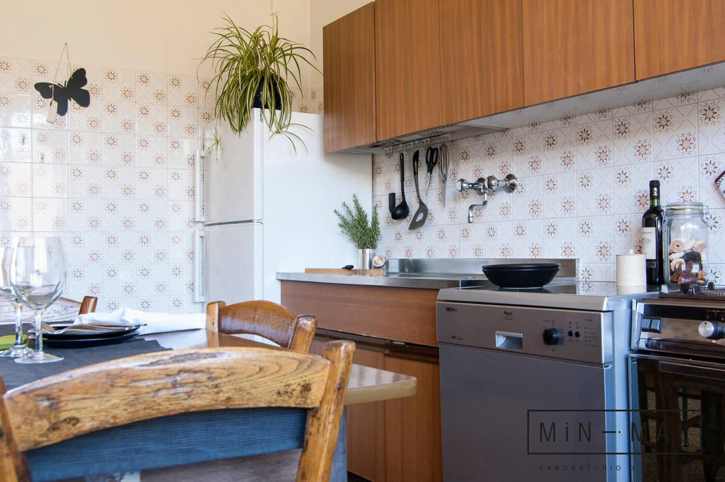 CUCINA: Cucina attrezzata in stile  di MINIMAL di Casini Roberta