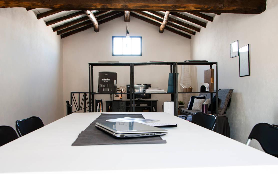 RELOOKING MAGAZZINO - Vista generale: Studio in stile in stile Industriale di MINIMAL di Casini Roberta
