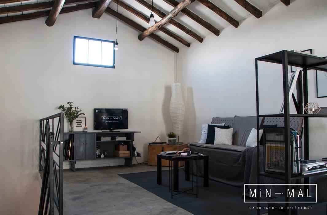 RELOOKING MAGAZZINO - area relax: Studio in stile in stile Industriale di MINIMAL di Casini Roberta