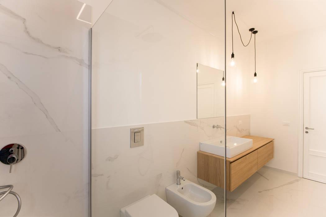Il bagno padronale dalla doccia: Bagno in stile in stile Moderno di GD Architetture