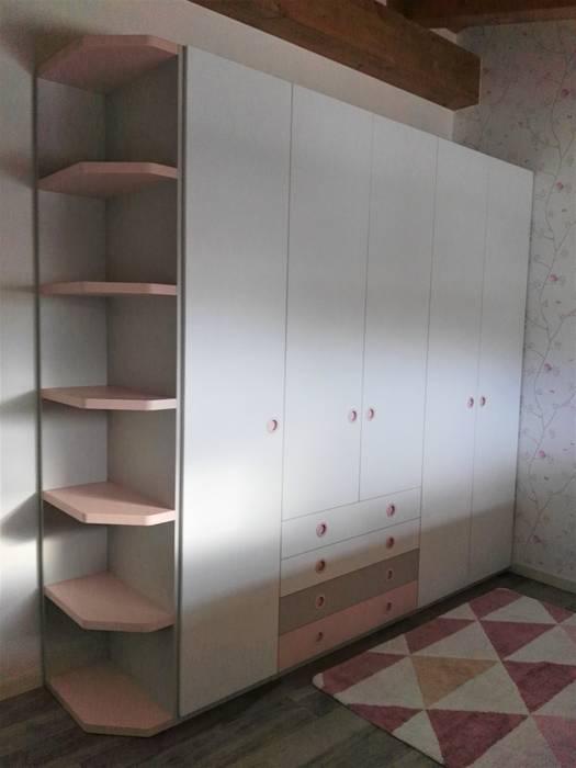 L'armadio: Stanza dei bambini in stile in stile Moderno di Spaziojunior