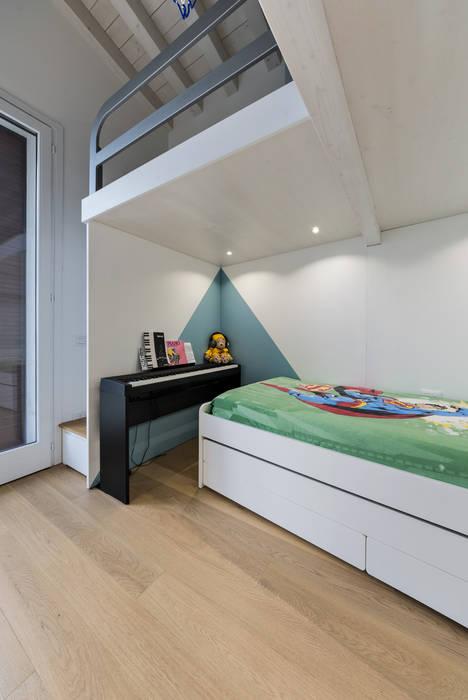 Un luminoso attico d'atmosfera di Annalisa Carli Scandinavo Legno Effetto legno