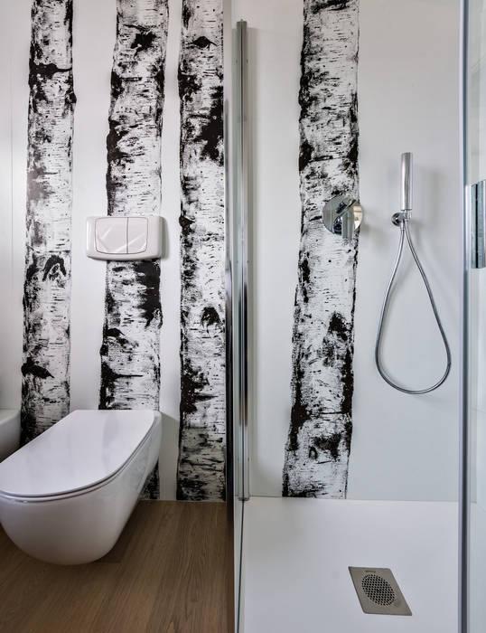 Un luminoso attico d'atmosfera: Bagno in stile in stile Scandinavo di Annalisa Carli