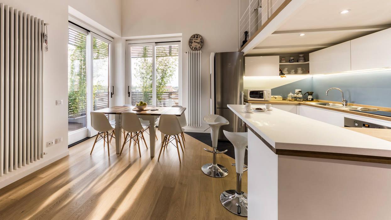 Un luminoso attico d'atmosfera: Cucina in stile  di Annalisa Carli