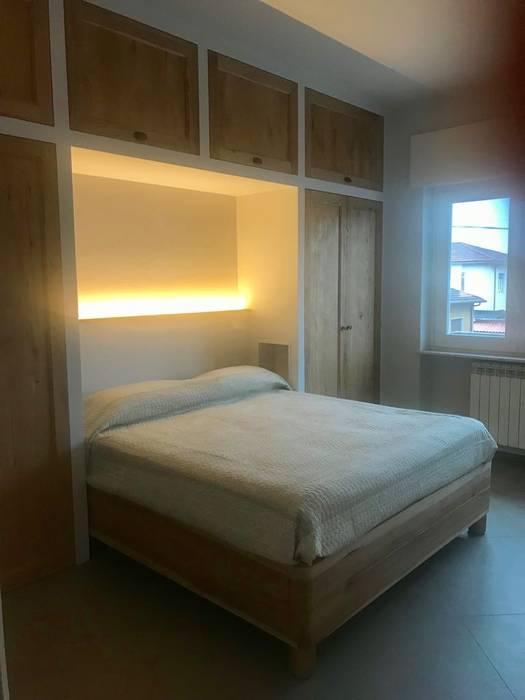 Armadiatura: Camera da letto in stile in stile Coloniale di Falegnameria Martinelli Sergio