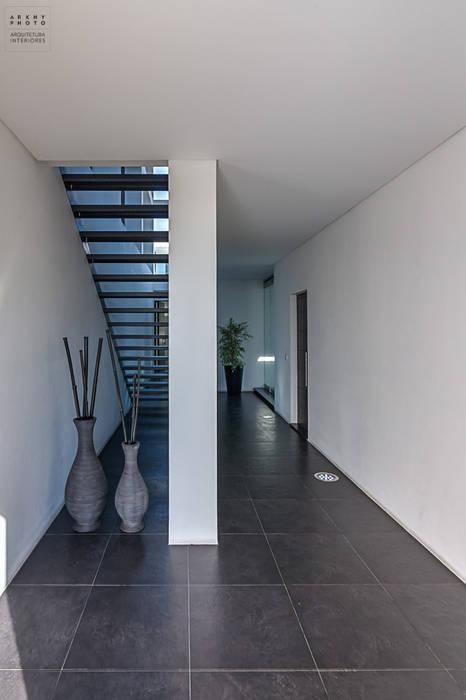Pasillos, vestíbulos y escaleras de estilo moderno de ARKHY PHOTO Moderno