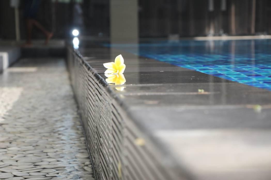 Rumah Tinggal Mewah di Semarang: Kolam Renang oleh Paulus Adi Budianto, Minimalis