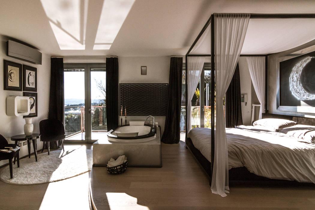 Zona notte con idromassaggio e vista lago: camera da letto in stile ...
