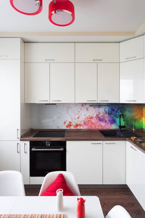 белая кухня с ярким стеклянным фартуком кухни в автор студия