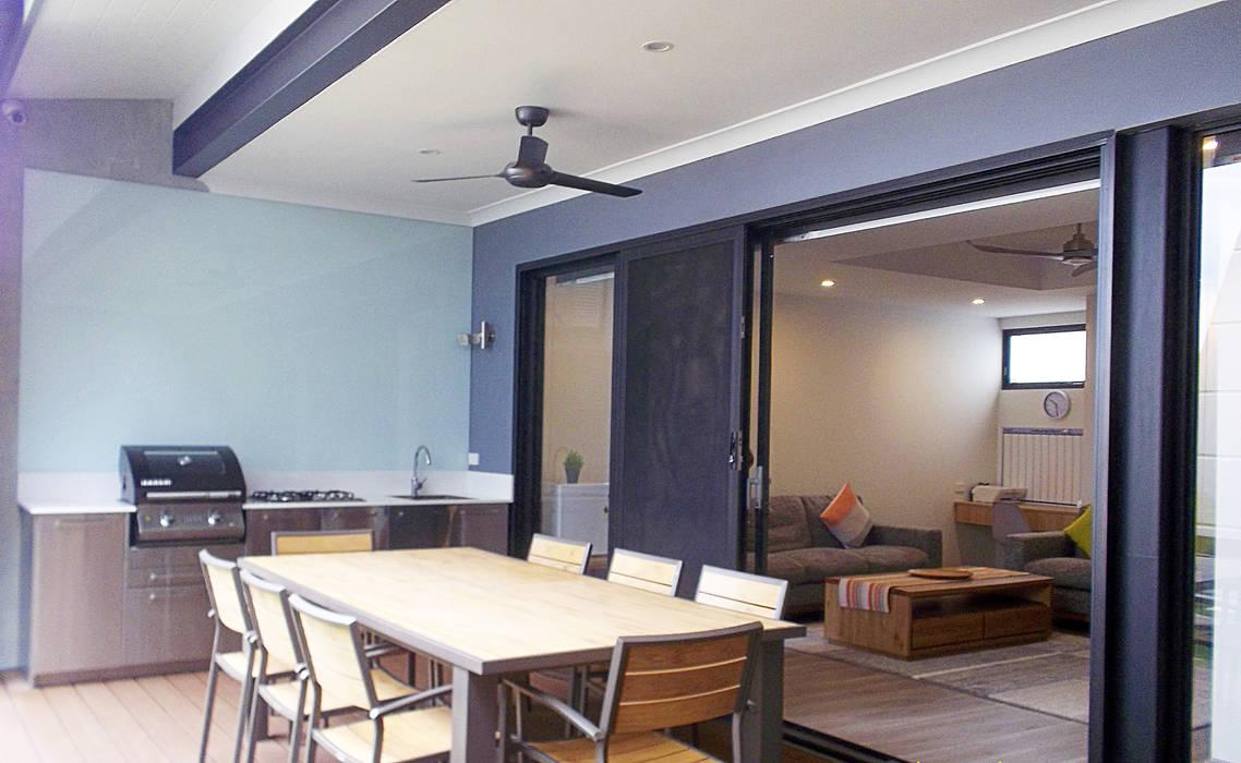 KV Residence:  Terrace by MZH Design