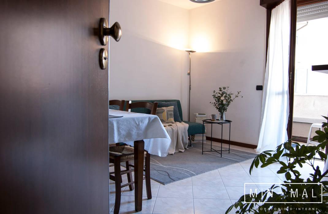Home staging Bilocale Q. - Soggiorno: Soggiorno in stile in stile Moderno di MINIMAL di Casini Roberta