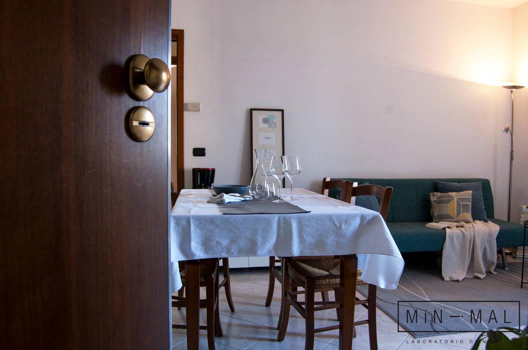 Home staging Bilocale Q. - Area pranzo: Sala da pranzo in stile in stile Moderno di MINIMAL di Casini Roberta