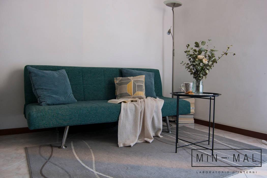Home staging Bilocale Q. - Salotto: Soggiorno in stile  di MINIMAL di Casini Roberta