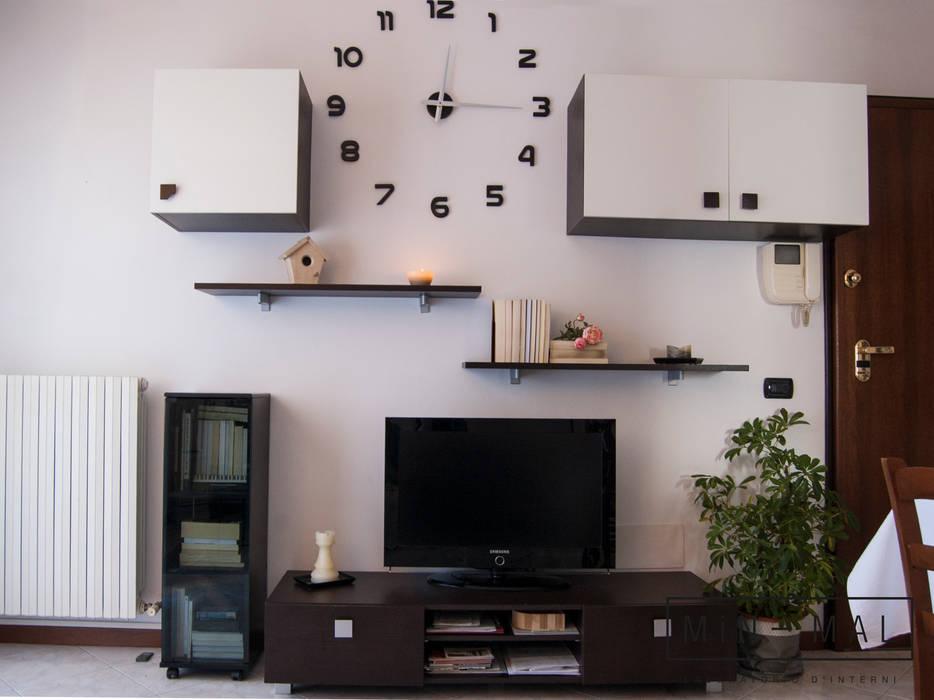 Home staging Bilocale Q. - Soggiorno: Soggiorno in stile  di MINIMAL di Casini Roberta