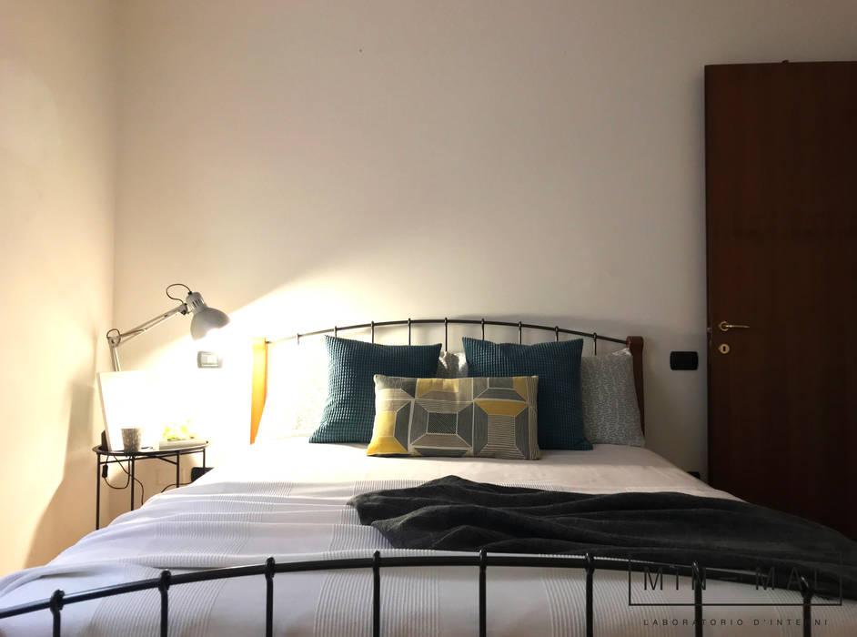 Home staging Bilocale Q. - Camera: Camera da letto in stile  di MINIMAL di Casini Roberta