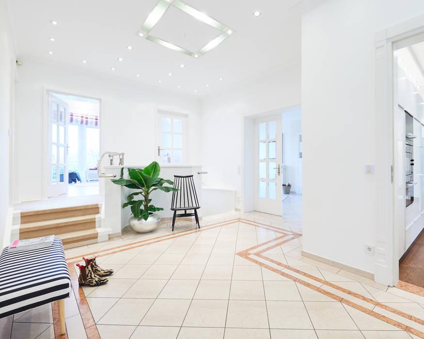 Exponierte Unternehmervilla in Bestlage - Eingangsbereich Klassischer Flur, Diele & Treppenhaus von Tschangizian Home Staging & Redesign Klassisch