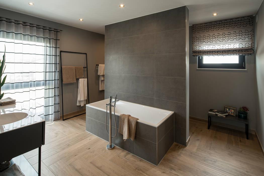 Maxim – gemütliches badezimmer mit holzboden: badezimmer von ...