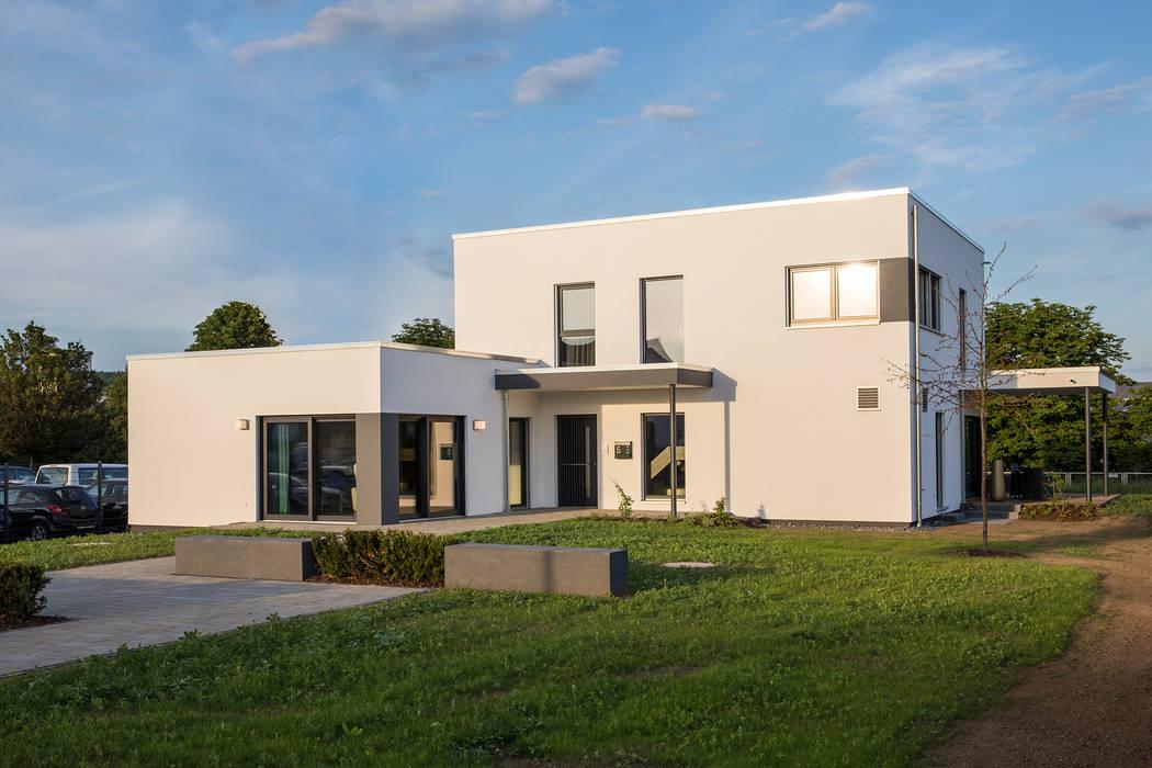 MAXIM - Das Flachdachhaus von FingerHaus GmbH - Bauunternehmen in Frankenberg (Eder) Modern