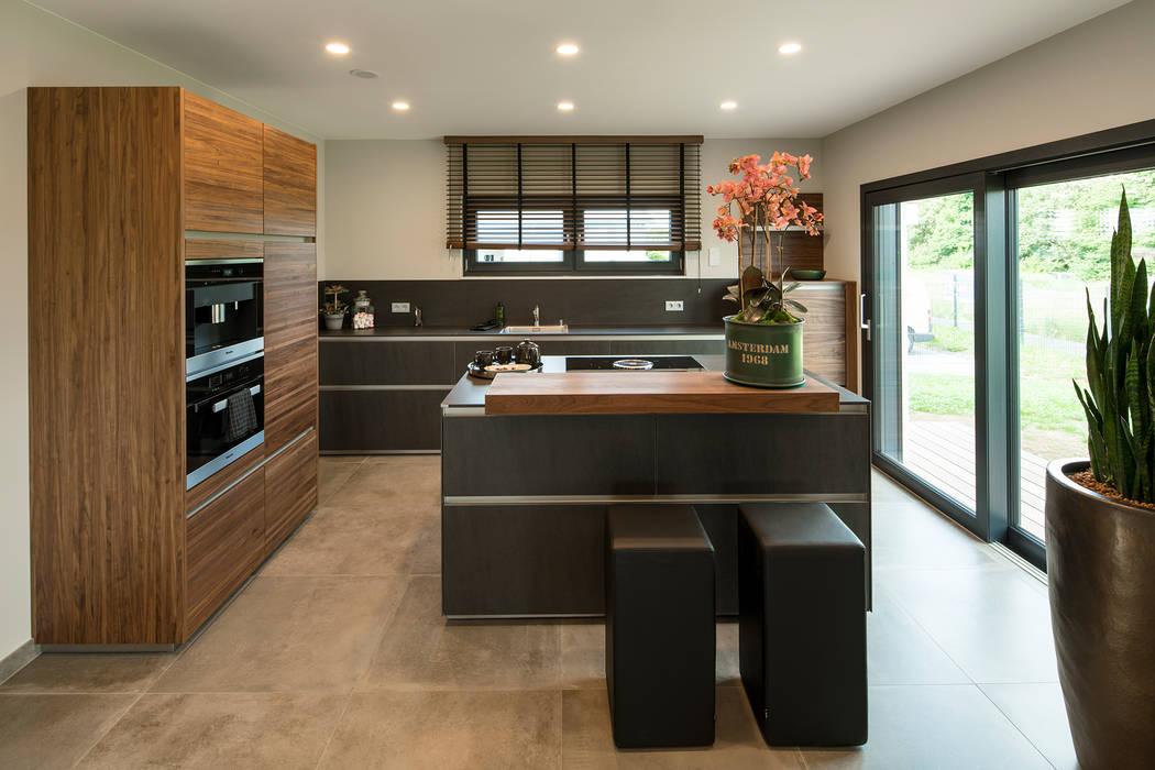 MAXIM - Eine graue Küche mit Holzelementen abgesetzt Moderne Küchen von FingerHaus GmbH - Bauunternehmen in Frankenberg (Eder) Modern