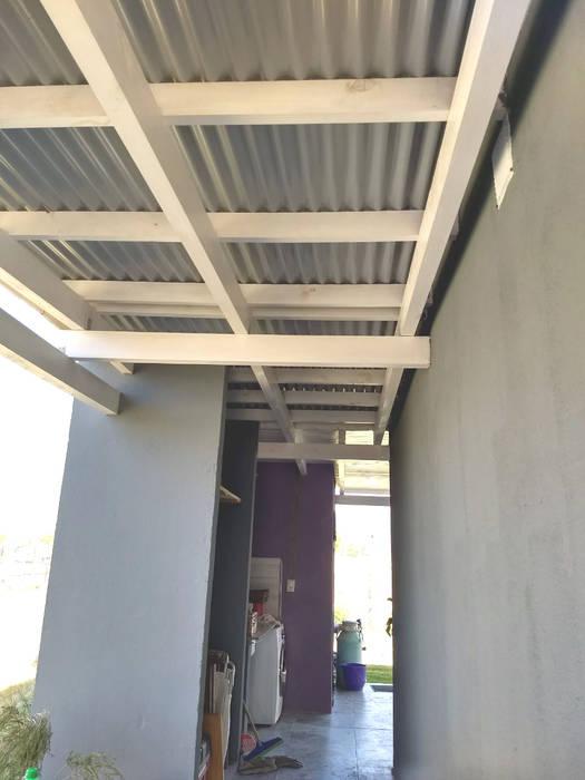 CUBIERTA DE CHAPA SOBRE PASILLO: Jardines de invierno de estilo  por ECOS DE SOL (Ingeniería y Construcción)