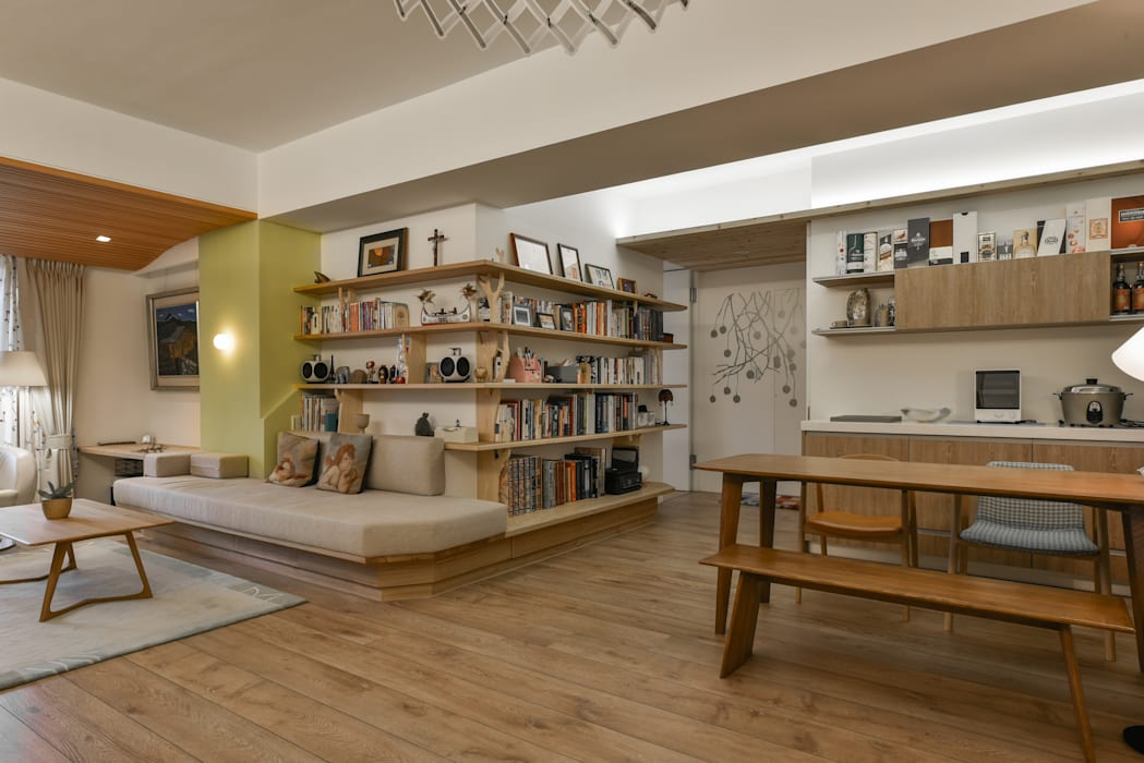如樹生長般的書牆:  客廳 by 王采元工作室