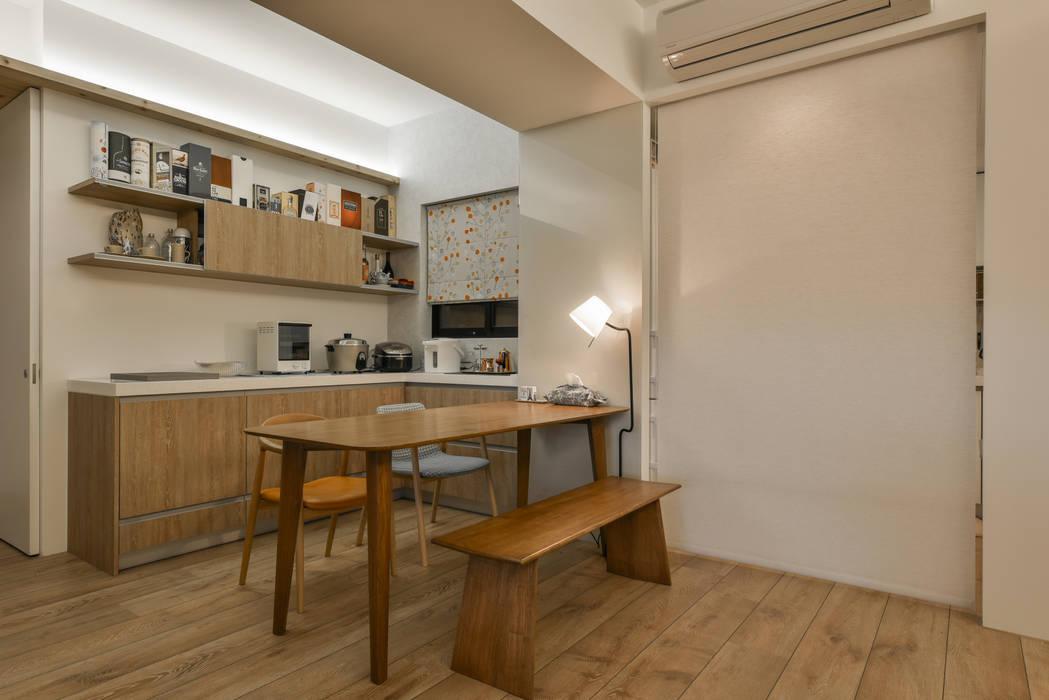 從客廳看餐廚區:  餐廳 by 王采元工作室