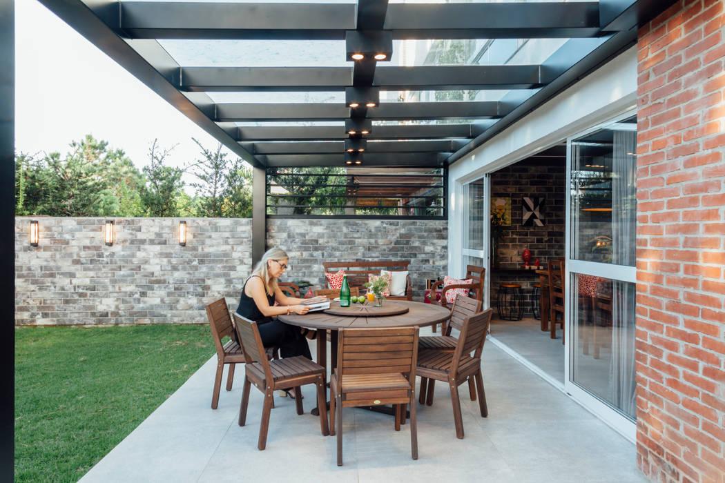 de Carolina Burin Arquitetura Ltda Rústico Derivados de madera Transparente