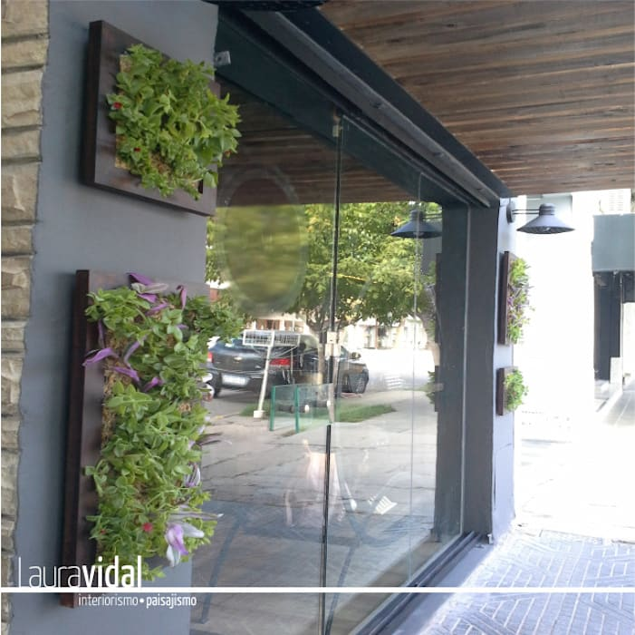 fachada local comercial: Jardines en la fachada de estilo  por Laura Vidal Estudio de Paisajismo - Interiorismo