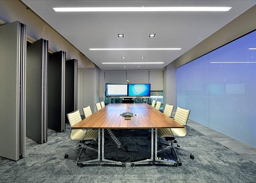SALA RIUNIONI 2: Complessi per uffici in stile  di Moving