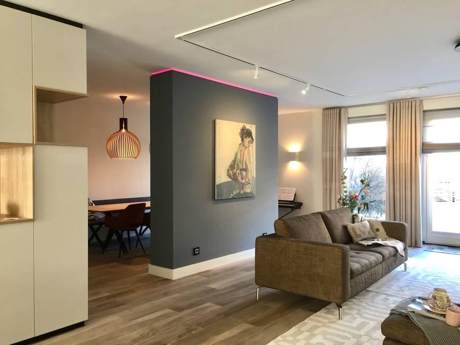 Moderne woonkamer met scheidingswand en hoekkast op maat