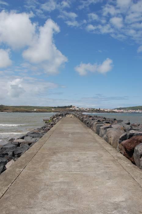 Intervenção no Porto da Praia da Vitória por PE. Projectos de Engenharia, LDa Moderno