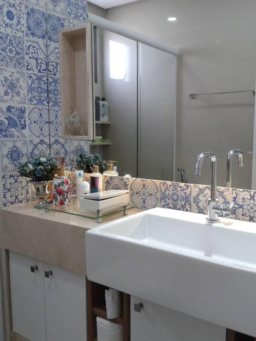 Banheiro com uso de azulejos: Banheiros  por Joana Rezende Arquitetura e Arte