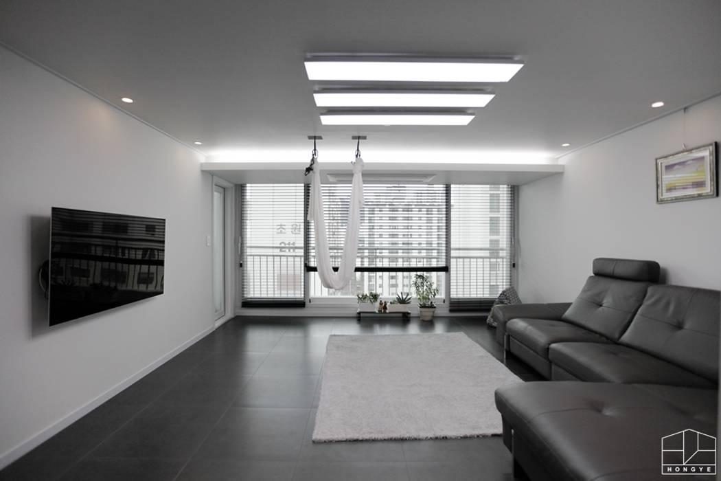 블랙&화이트 모던한 분위기의 평촌 초원2단지대림 아파트 32py 모던스타일 거실 by 홍예디자인 모던