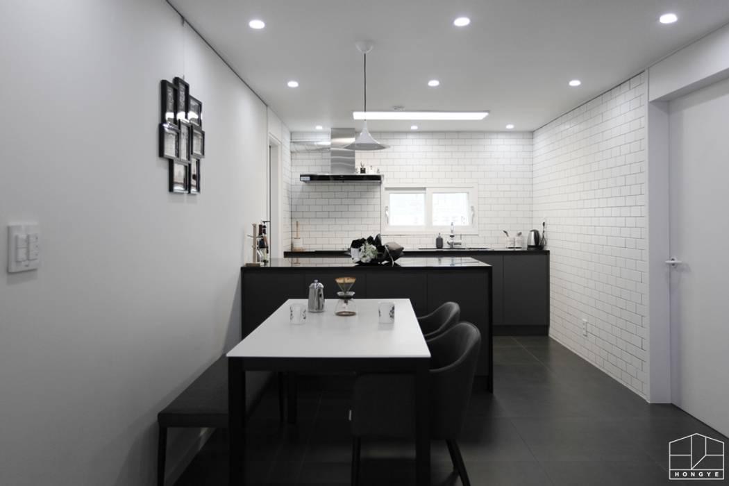 블랙&화이트 모던한 분위기의 평촌 초원2단지대림 아파트 32py : 홍예디자인의  주방,모던